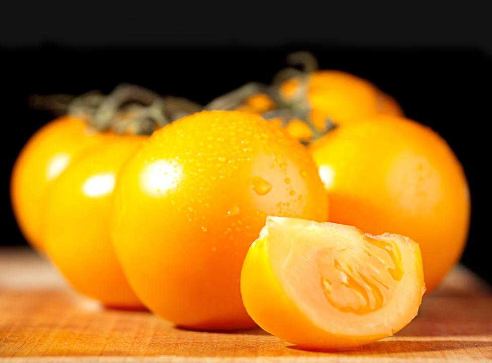 разрезанный томат санька золотой